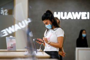 Huawei Chairman Vows to Retake Smartphone 'Throne' Despite US Sanctions